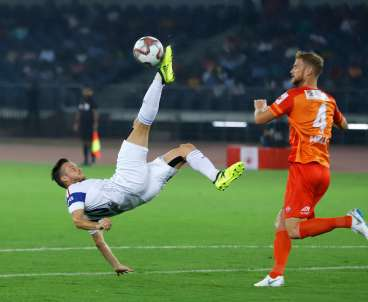 Rene Mihelic of Delhi Dynamos FC tries bicycle kick during their match in Hero ISL