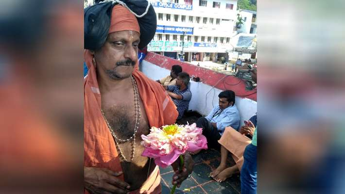 ayyappa-devotee-comes-with-rare-flower-to-sabarimala